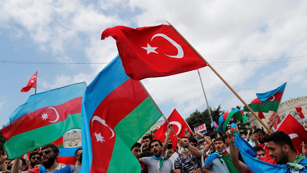 """РТ: """"Азербејџан није сам"""": Анкара стала иза Бакуа док се борбе распламсавају због спорне регије Нагорно-Карабах"""