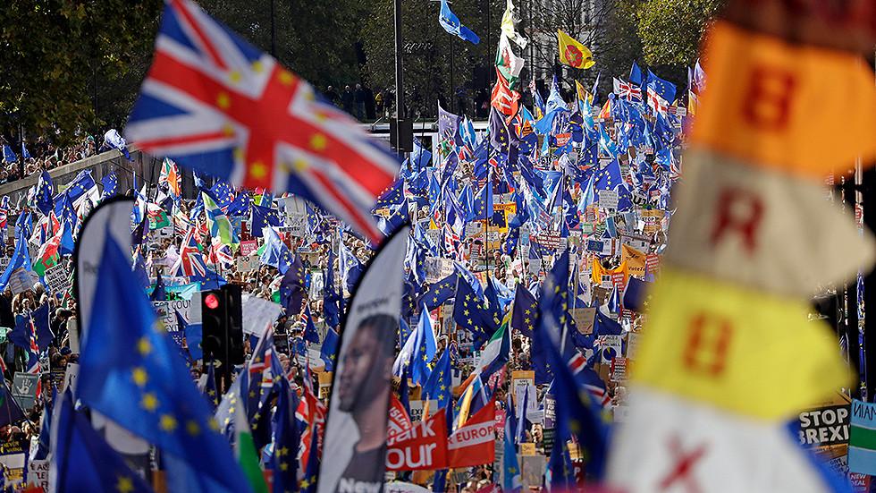 РТ: У последњем покушају Велика Британија и ЕУ договорили трговински споразум након Брегзита после 11 месеци застоја