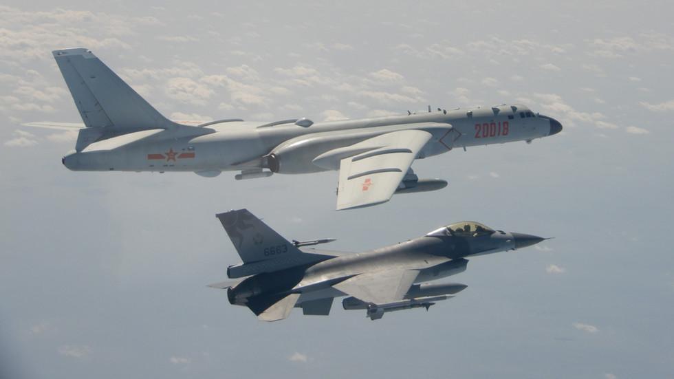 """РТ: САД се обавезују на """"чврсту посвећеност"""" одбрани Тајвана након што је острво известило о упаду кинеских борбених авиона и бомбардера"""