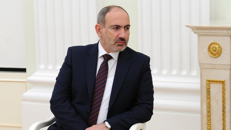 """РТ: Јерменски премијер саопштио да је захтев војске за његову оставку """"покушај пуча"""", те позвао присталице да се окупе у главном граду"""