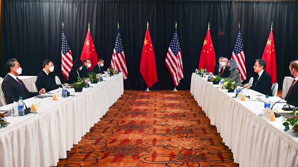 """РТ: САД оптужиле Пекинг за саботирање светског поретка заснованог на """"правилима"""" и осудиле """"кршење протокола"""" након што су Кинези узвратили на напад током преговора на Аљасци"""