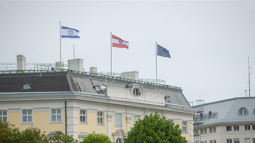 """RT: """"Zajedno stojimo na strani Izraela"""", kaže Kurc dok izraelska zastava vijori na parlamentu. Šta je sa mrtvom decom iz Gaze? Pitaju korisnici Tvitera"""