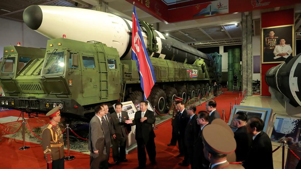 """RT: Kim Džong Un se pohvalio """"nepobedivom"""" vojskom na sajmu naoružanja u Pjongjangu, osuđujući neprijateljsku politiku SAD i ratne igre sa Seulom"""