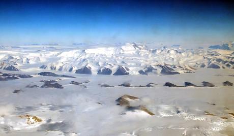 Ко има право на Антарктик?