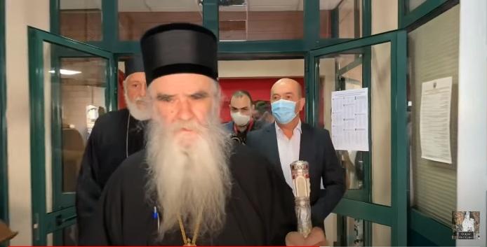 Мирополит Амфилохије међу првима гласаo, први пут у 82. години: Неће бити немира, само мир Божији и љубав Христова