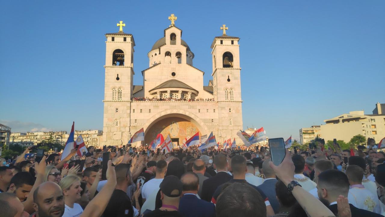 Хиљаде вјерника пред подгоричким Саборним храмом дочекало новог Митрополита црногорско-приморског гЈоаникија