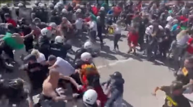 Руља пробила барикаду полиције на Цетињу