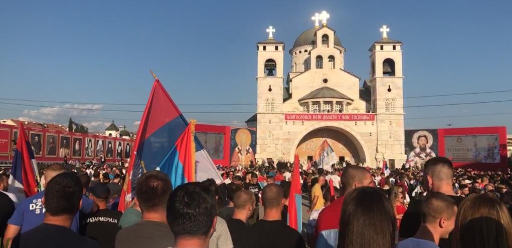 Дочек патријарха Порфирија испред Храма Христовог Васкрсења у Подгорици