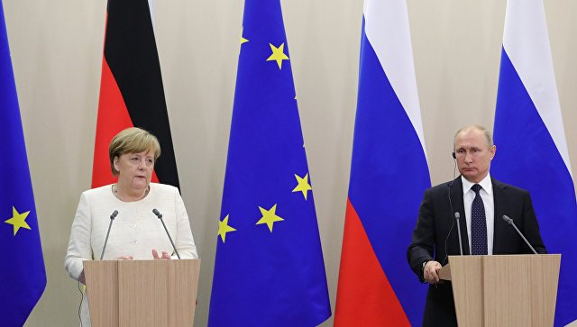 Путин са Меркеловом: Без обзира на сложену политичку ситуацију неопходно одржавати редовне контакте