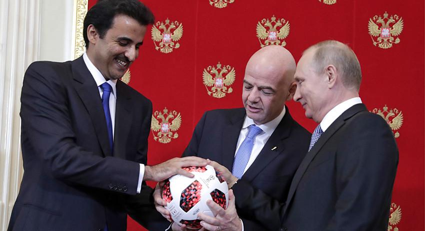 Путин симболично предао лопту Катару