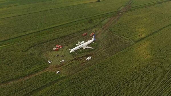 """Putin dodelio zvanje """"Heroji Rusije"""" pilotima koji su prizemljili putnički avion bez točkova u kukuruzno polje"""