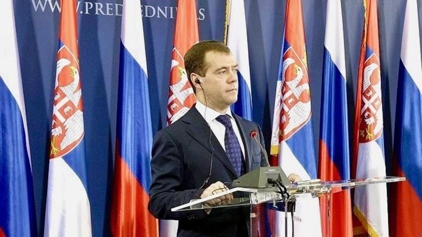 Dmitrij Medvedev obećao da će krajem oktobra piti rakiju u Beogradu