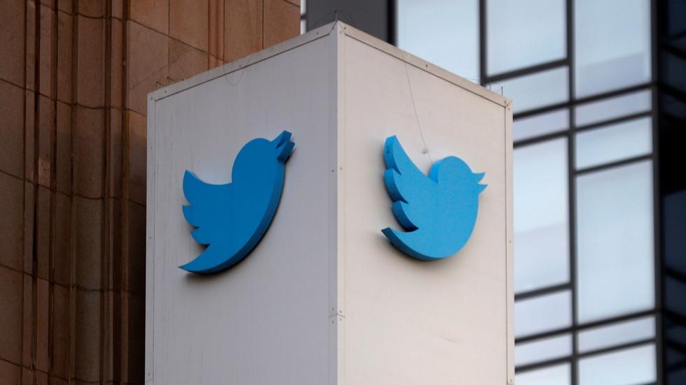 """РТ: Под претњом забране """"Твитер"""" почео уклањати забрањени садржај у Русији, али Москва наводи да то иде преспоро"""