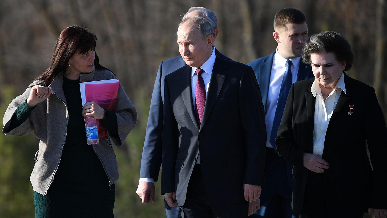 Putin položio cveće na spomenik Gagarinu