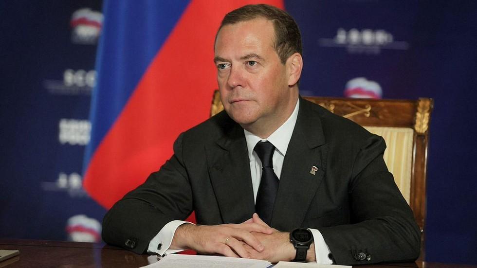 РТ: Сви су уморни од великих америчких технолошких компанија и очигледног америчког мешања у руске изборе, наводи Медведев