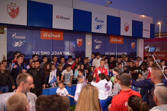 """Фудбалери """"Црвене звезде"""" на GAZPROM бензинској станици у Нишу"""