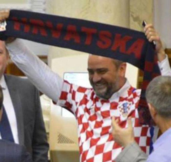 Украјински посланик и председник ФС Украјине дошао на седницу парламента у хрватском дресу
