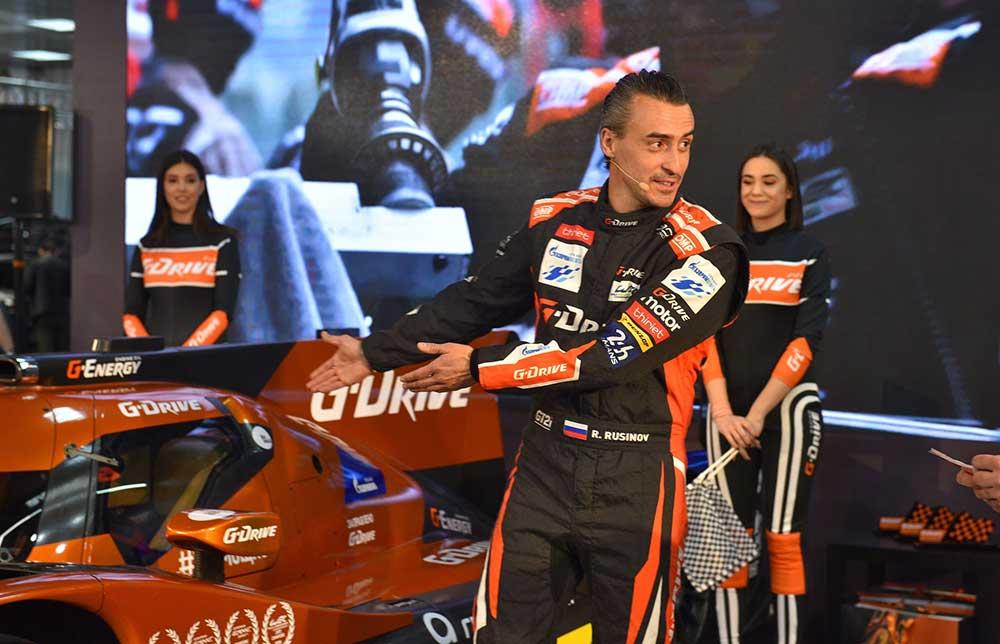 Роман Русинов са посетиоцима Сајма на штанду компаније НИС