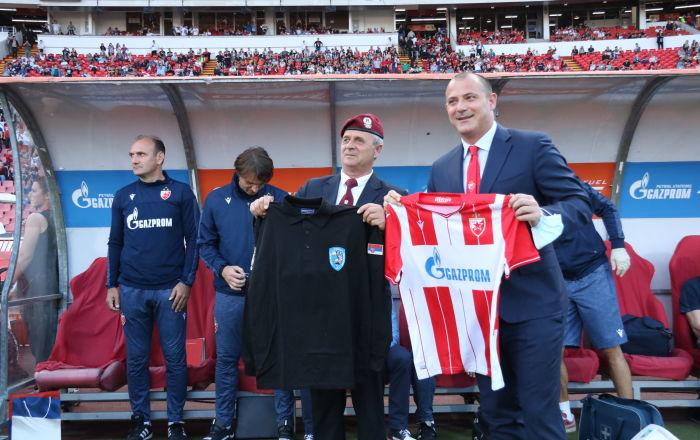 Фудбалери Звезде прославили титулу, ветерани 63. падобранске бригаде почасни гости