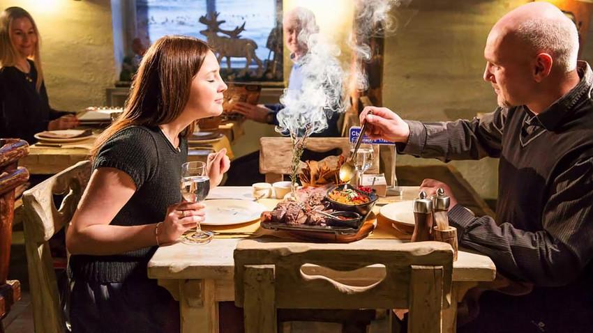 Најлуђи московски ресторани: Коктел из кесе за инфузију и стејк иза решетака