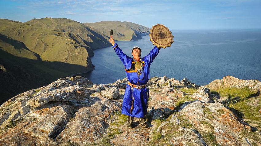 Duhovi, žrtvovanja i isterivanje demona: Kako se šamani sa Bajkala nadmeću za poverenje mušterija