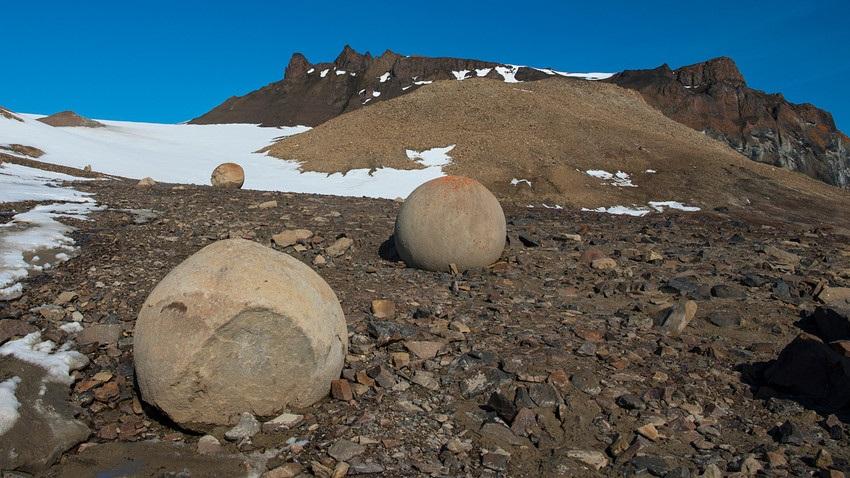 Rusko ostrvo prepuno kamenih kugli, a niko ne zna otkud one