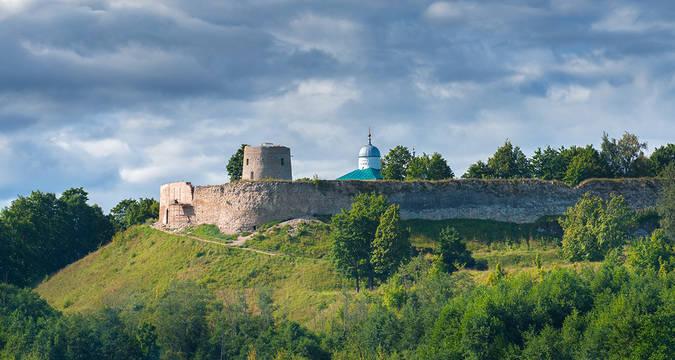 Како данас живе становници Изборска, једног од најстаријих руских градова?