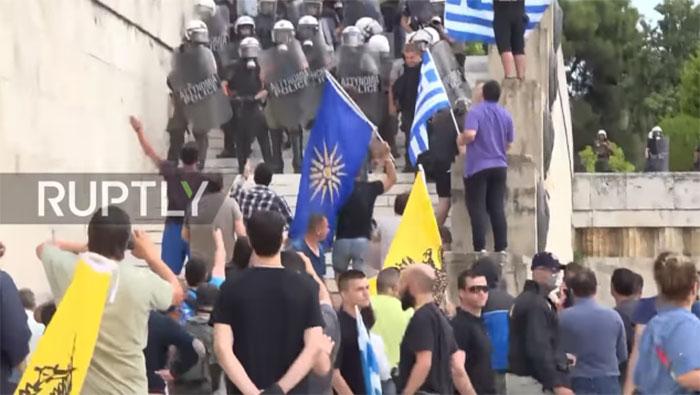 Сукоби у Атини испред Парламента током расправе о договору о имену БЈР Македоније