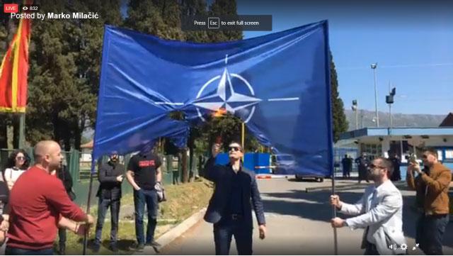 Милачић запалио заставу НАТО испред затвора
