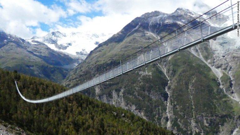 Најдужи висећи мост на свету отворен у Швајцарској