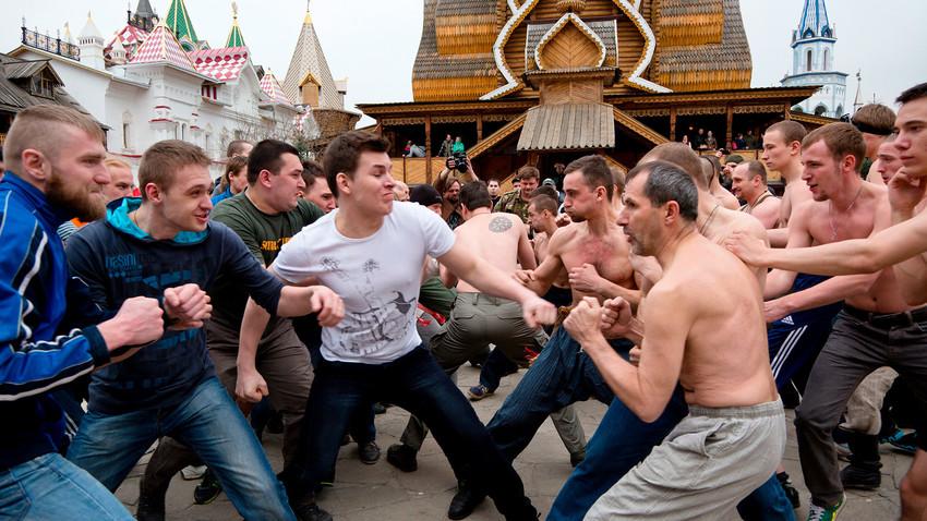 Традиционално руско песничење: Девет корака до звања главног табаџије у масовним тучама