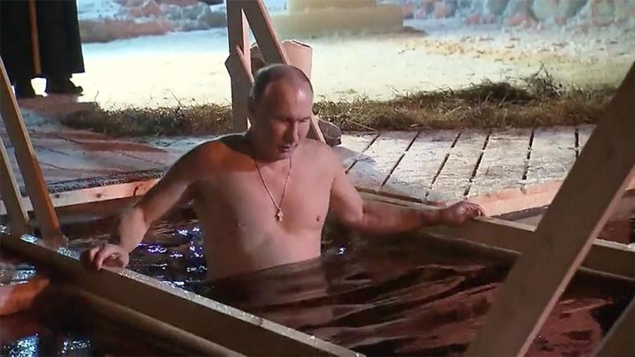 Путин се окупао на традиционалној прослави Богојављења