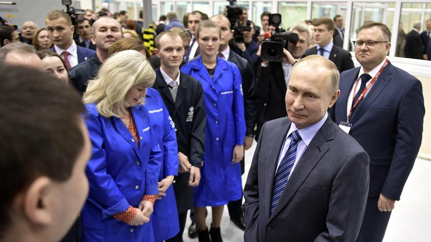 """Путин запањеном раднику у фабрици мотора: """"Дајте да Вас пољубим"""""""