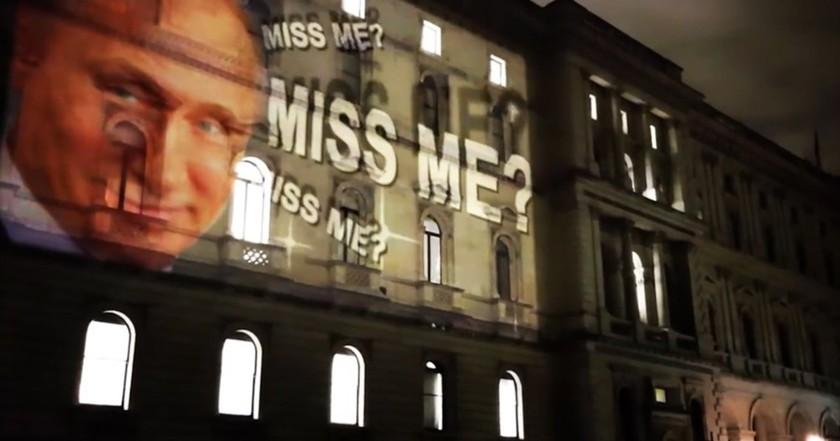 """""""Да ли вам недостајем?"""": Путинов лик се појавио на згради британског министарства спољних послова"""