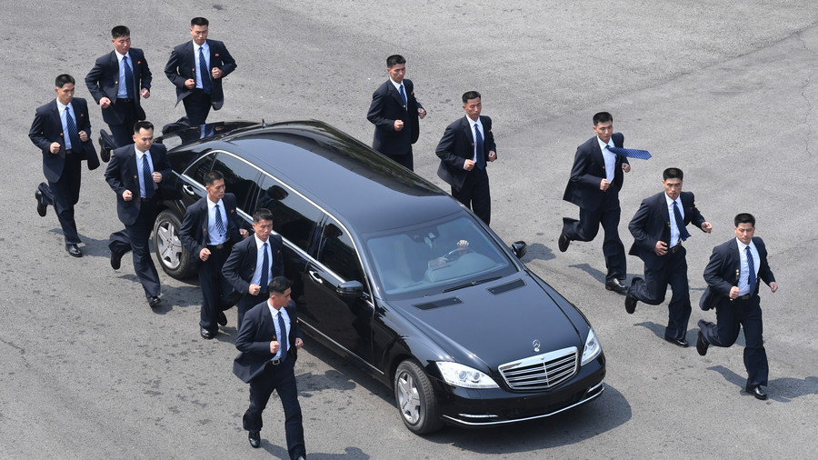 """РТ: Ким Џонг Унови """"људи у црном"""" трче поред аутомобила док председник иде на ручак"""