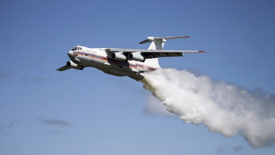 РТ: Упс!! Авион грешком испустио 40 тона воде на полицајце у предграђу Москве