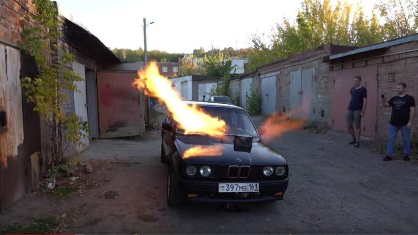 """Рус уградио млазни погон из авиона МиГ 23 у БМВ """"коцкицу"""" и добио """"паклену звер"""""""