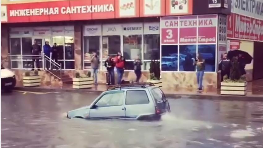"""Малена """"Лада Ока"""" која се одважно пробија улицама потопљеног руског Адлера изазвала буру одушевљења"""