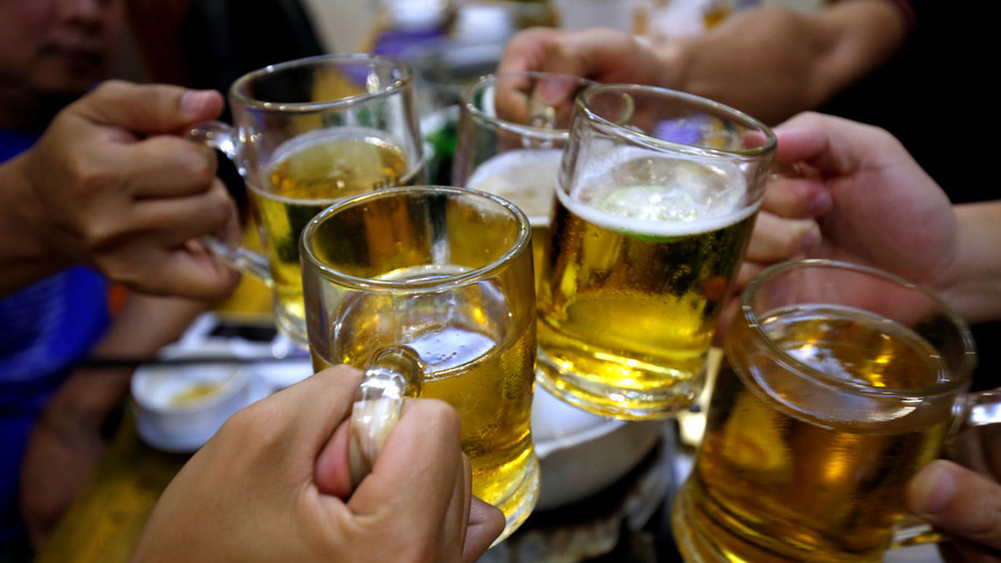 """РТ: Америчка војска изазвала """"ванредно стање"""" у баровима у Рејкјавику након што су попили сво пиво"""