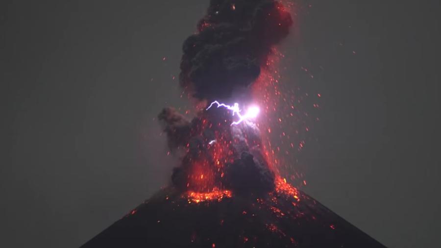 РТ: Индонежански вулкан Кракатау створио муње током ерупције