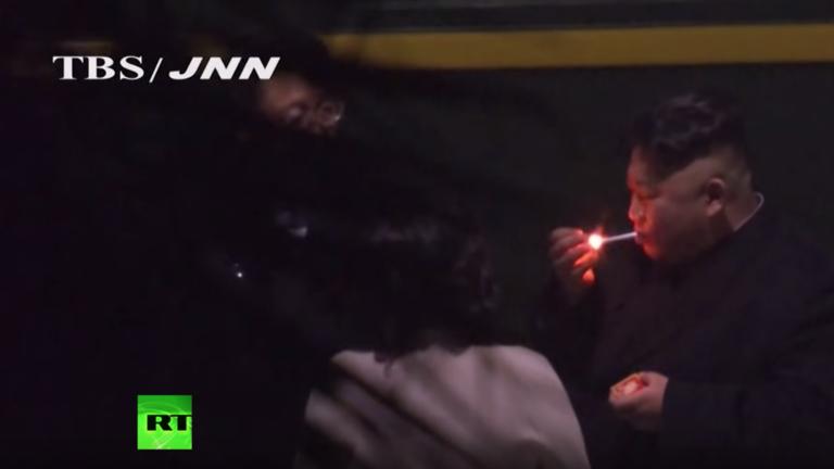 РТ: Ким Џон Ун се зауставио на паузу за цигарету на путу до самита у Ханоју