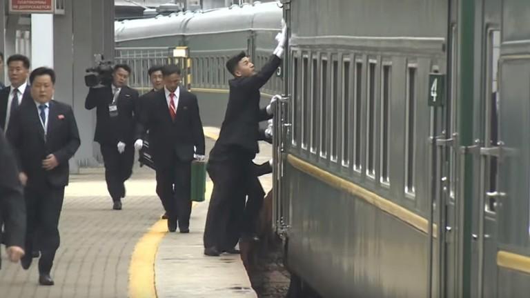 РТ: Обезбеђење Ким Џонг Уна полира воз у покрету током доласка у Владивосток