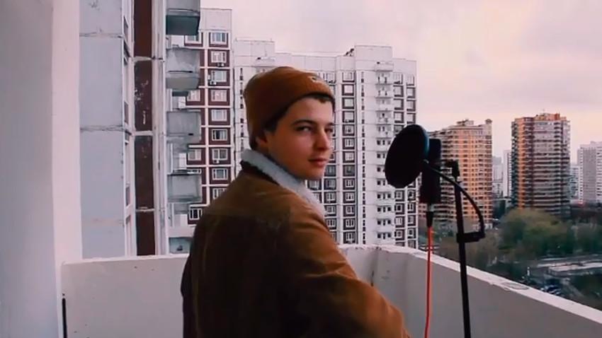 """Како изгледају """"балкон концерти"""" наших дана у Русији (ВИДЕО)"""