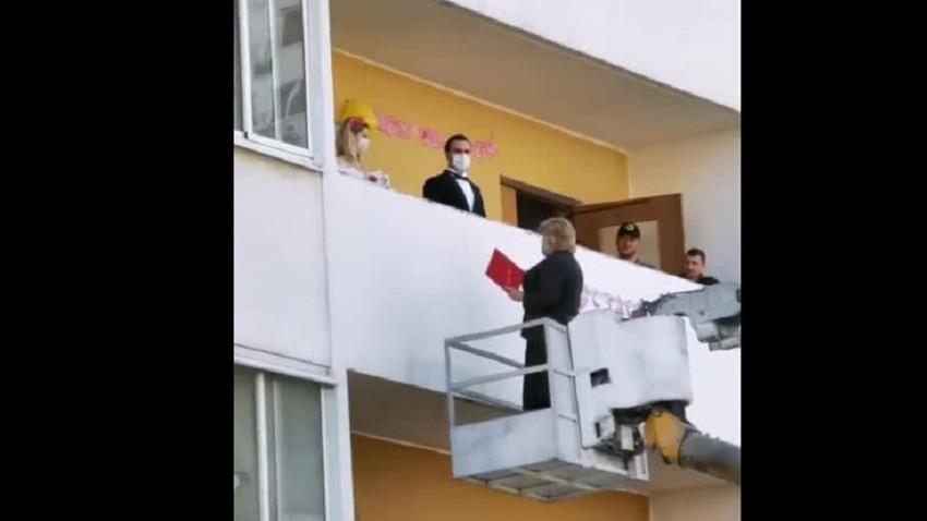 Љубав у доба короне: Матичарка у Русији стојећи на дизалици венчала заљубљени пар на тераси