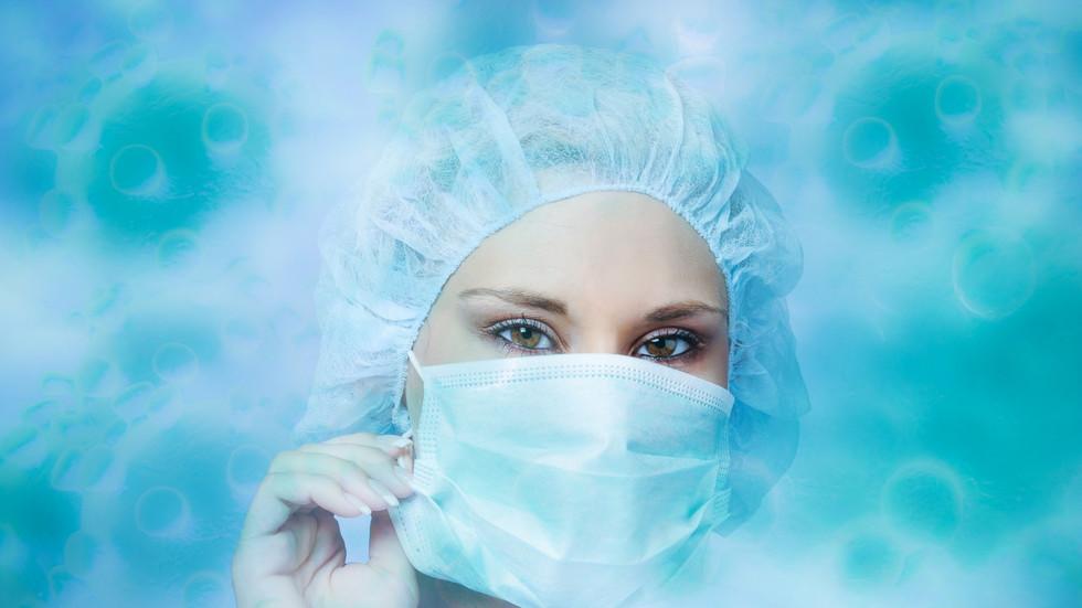 РТ: Руска медицинска сестра у бикинију испод провидног заштитног одела због врућине