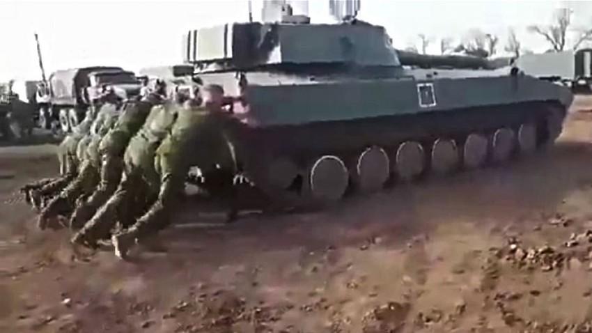 "Руски војници ""на гурку"" покренули самоходну хаубицу тешку готово 16 тона"