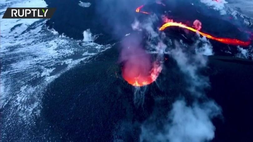 РТ: Неустрашиви руски планинари се попели на највиши вулкан током ерупције и пржили кобасице на лави