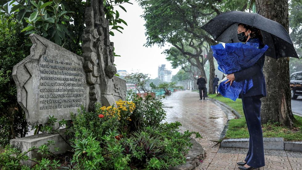 РТ: Потпредседник САД посетила вијетнамски споменик посвећен хватању непријатељског пилота Џона Мејена... мислећи да је то споменик њему