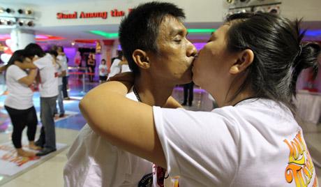 Тајландски пар поставио рекорд љубећи се више од 58 сати