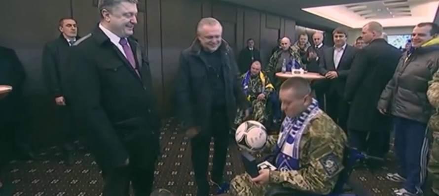 Porošenko uručio fudbalsku loptu ukrajinskom vojniku bez – jedne noge